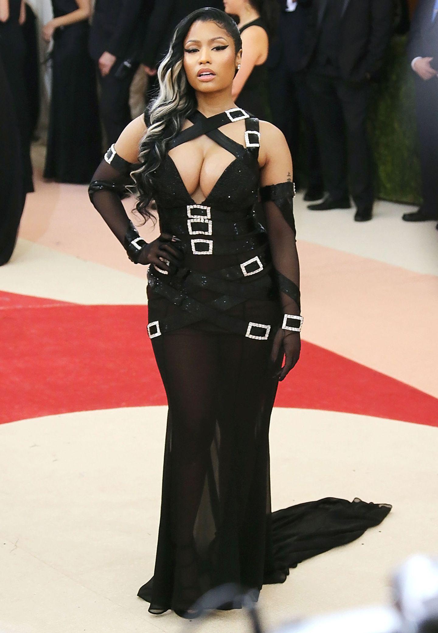 Gut, von Nicki Minaj haben wir keinen eleganten Look erwartet. Das Schnallen-Desaster von Moschino hätte sie allerdings wirklich im Schrank lassen dürfen.