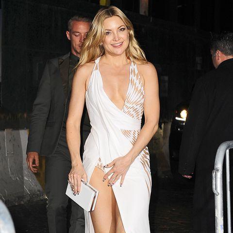 Kate Hudson in einem extremen Cut-Out-Kleid von Atelier Versace.