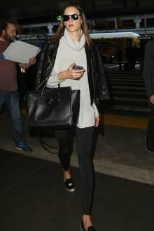Taylor Swift + Tom Hiddleston: Auch Topmodel Alessandra Ambrosio fliegt direkt nach der Party zurück in die Heimat. Am Airport in Los Angeles sieht sie ziemlich müde aus.