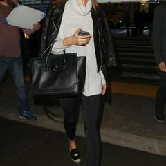 Met Gala 2016: Auch Topmodel Alessandra Ambrosio fliegt direkt nach der Party zurück in die Heimat. Am Airport in Los Angeles sieht sie ziemlich müde aus.