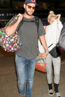 Mai 2016  Fast schüchtern wirken Liam Hemsworth und Miley Cyrus, als sie Hand in Hand in Los Angeles unterwegs sind. Wir drücken dem Paar die Daumen, dass endlich ein bisschen Ruhe in die Beziehung einkehrt.