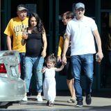 Oktober 2016  Bevor das zweite Kind auf die Welt kommt genießen Mila Kunis und Ashton Kutcher noch die gemeinsame Zeit mit Tochter Wyatt. Auch seine Eltern Diane und Larry sind bei dem Familienausflug in Los Angeles mit dabei.