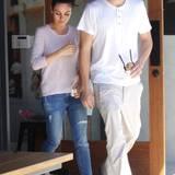 Mai 2016  Mila Kunis und Ashton Kutcher genießen bei einem Ausflug in Studio City die Zeit zu zweit. Nach einem entspannten Einkaufsbummel gönnt sich das Paar ein noch ein Eis.