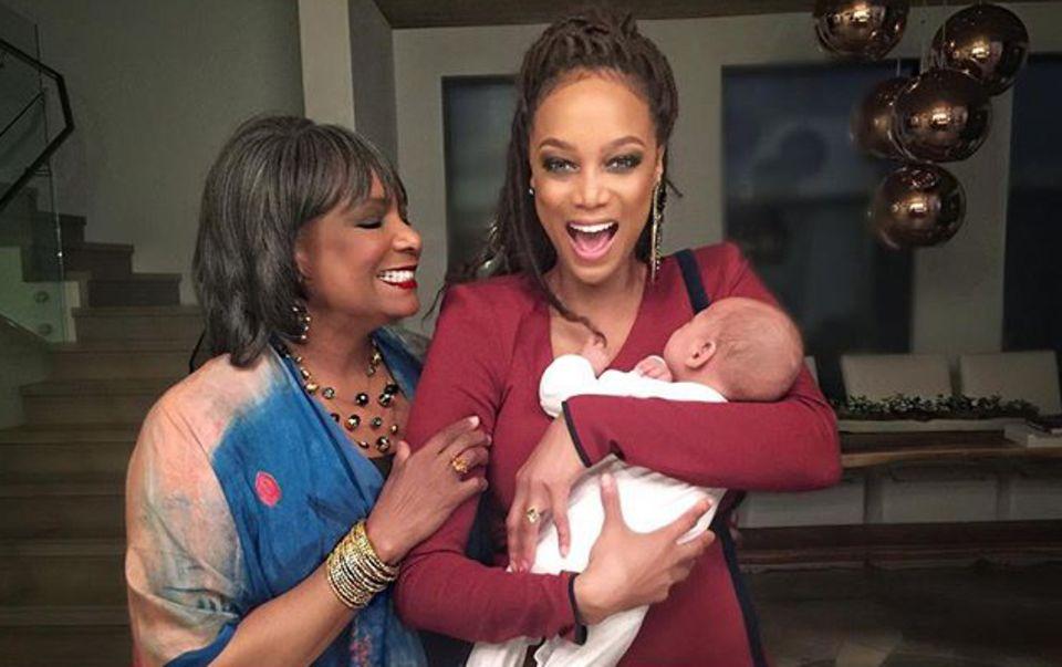 Supermodel Tyra Banks liebt es, endlich Mama zu sein. Auch ihre Mutter freut sich über den kleinen Familienzuwachs, Söhnchen York Banks Asla.