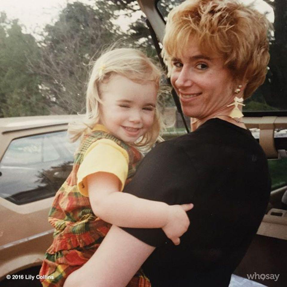 Lily Collins teilt dieses Foto aus Kindertagen von sich und ihrer Mama.