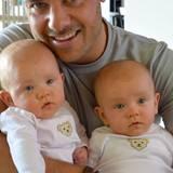 """Muttertag 2016: Zum Muttertag gibt es ein Foto vom stolzen Vater mit den Zwillingen. Ex-""""Bachelor"""" Christian Tews ist inzwischen glücklich liiert und Zweifach-Vater."""