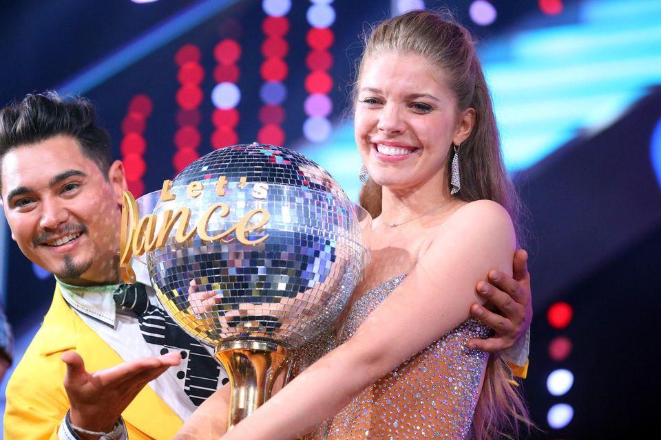 """And the winner is: Victoria Swarovski! Mit ihrem Tanzpartner Erich Klann wird die Österreicherin """"Dancing Star 2016""""."""