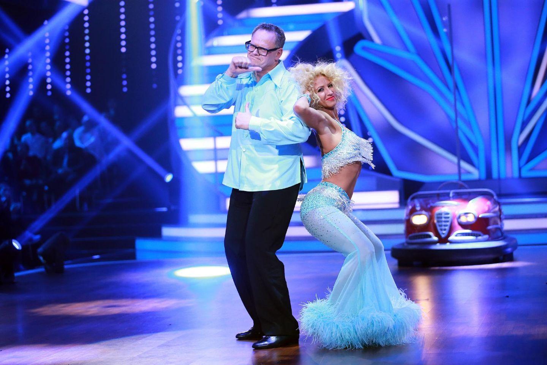 Let's Dance 2016: Ziemlich starksig aber mit großem Humor tritt Ex-RTL-Modertor Ulli Potofski an. Die Juroren haben allerdings nicht viel Hoffnung - die Kritik ist groß. Auch das Publikum ist nicht zu überreden - Show-Aus in Sendung 1.