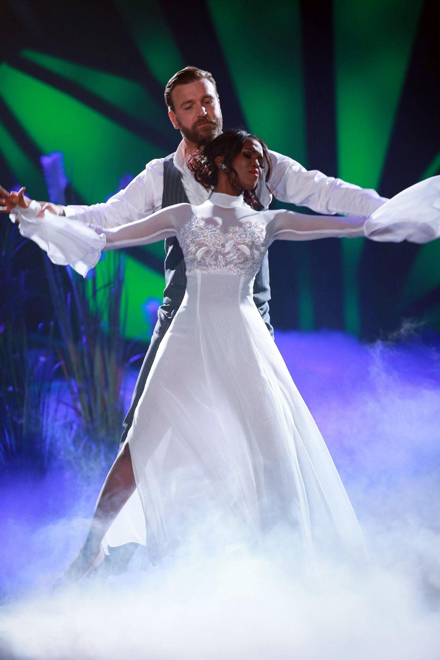 Let's Dance 2016: Niels Ruf sorgt nicht nur mit seiner großen Klappe für Gesprächsstoff. Auch sein tänzerisches Talent fällt bei den Juroren durch. Da kann auch Profi-Tänzerin Oti Mabuse nicht mehr helfen. Tschüß heißt es in Show Nummer 2.