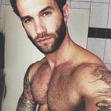 """André Hamann: Mit zwei Buddys gründete das deutsche Model ein Modelabel: """"Haze & Glory"""". Natürlich präsentiert André die Sachen selbst. Ärmellose T-Shirts plus Tattoo-Kunst: Wir können uns gar nicht sattsehen."""