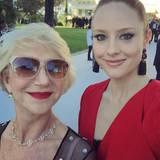 Barbara Meier bekommt in Cannes von Helen Mirren Selfie-Tipps und ist über diese Begegnung ganz aus dem Häuschen.
