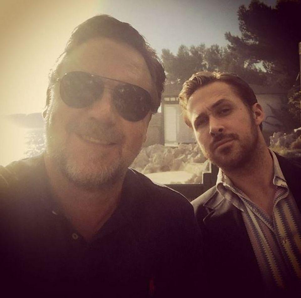 Russell Crowe und Ryan Gosling lassen mit diesem Selfie Frauenherzen höher schlagen.