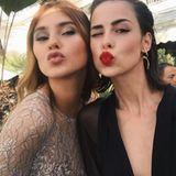Von Stefanie Giesinger und Lena Meyer-Landrut gibt ein Küsschen für ihre Fans.