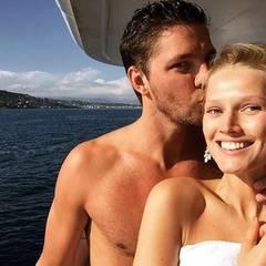Liebevoll küsst NBA Basketballer Chandler Parsons seine Modelfreundin Toni Garrn. Er begleitet sie zu den Filmfestspielen nach Cannes. Sie verbringen einen entspannten Tag auf einer Jacht.