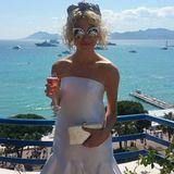 Pixie Lott erfrischt sich auf der Terasse ihres Hotels mit einem kühlen Drink.