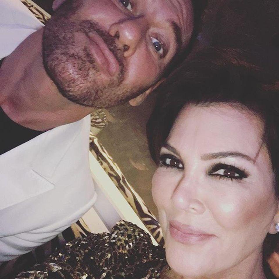 Kardashian Momager Kris Jenner lässt sich die Magnum-Party in Cannes nicht entgehen. Sie feiert mit dem Fotografen Mert Alas.