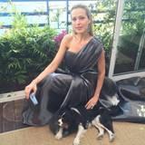 """Vor der Premiere zum Film """"Julieta"""" kuschelt Petra Nemcova mit Hund Byron. Sicher eine gute Art Lampenfieber gar nicht erst aufkommen zu lassen."""