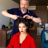 Fast fertig! Adriana Lima lässt noch schnell die Haare frisieren vor dem großen Auftritt auf dem roten Teppich in Cannes.