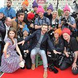 """Anna Kendrick und Justin Timberlake stellen ihren Animationsfilm """"Trolls"""" vor und machen sich einen Spaß daraus, die Fotografen am roten Teppich mit Trollfrisuren auszustatten."""
