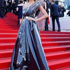 """Topmodel Petra Nemcova ist im Metallic-Look von Safiyaa bei der """"Julieta""""-Premiere ein glänzend schöner Hingucker."""