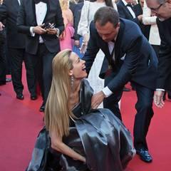 Wie schon das überlange Kleid von Amal Clooney erwies sich auch Petra Nemcovas Kleid als böse Stolperfalle.