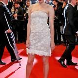 Auch Chloé Sevigny hat sich gegen ein langes Kleid entschieden und präsentiert sich im weißen Spitzenkleid.