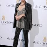 """Bella Hadid präsentiert bei der Party von """"De Grisogono"""" ihr schönes Dekolleté im glitzernden Nadelstreifen-Look."""