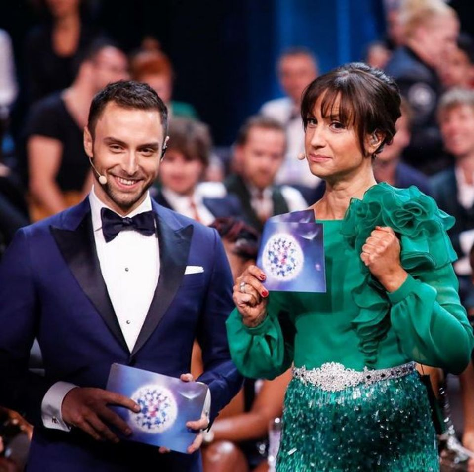 Måns Zelmerlöw und Petra Mede machen einen fantastischen Job. Die Moderatorin zeigt sich in verschiedenen Kleidern - hier ganz in Grün.