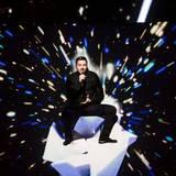 Eine Show mit besonderen visuellen Effekten zeigt der Russe Sergey Lazarev. Er wird am Ende glücklicher Dritter.