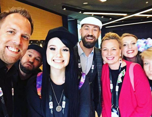 Die Spannung steigt bei Jamie-Lee und ihrer Crew! Der Moment kurz vor der Abfahrt zur Globe Arena in Stockholm wird noch mit einem Selfie festgehalten.