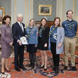 28. April 2016  Schwedens Pfadfinder überreichen Carl Gustaf eine besondere Mütze.