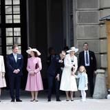 30. April 2016  Schweden Royals schauen, was sich auf dem Schlossvorplatz tut.