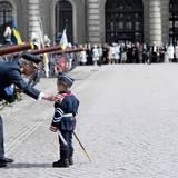 30. April 2016  Der König bekommt Glückwünsche von einem kleinen Soldaten.