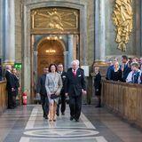 26. April 2016  In der Schlosskirche gibt das Musikkorps der schwedischen Verteidigung ein Konzert. Der König schreitet, in Begleitung von Königin Silvia, dafür Richtung erste Reihe.