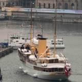 """Das dänische Königsschiff """"Dannebrog"""" kommt im hHafen von Stockholm an."""