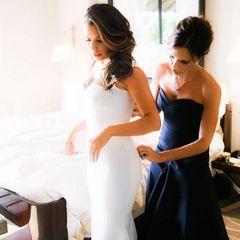 Ziemlich beste Freundinnen: Victoria Beckham hat das Hochzeitskleid für Eva Longoria designt.
