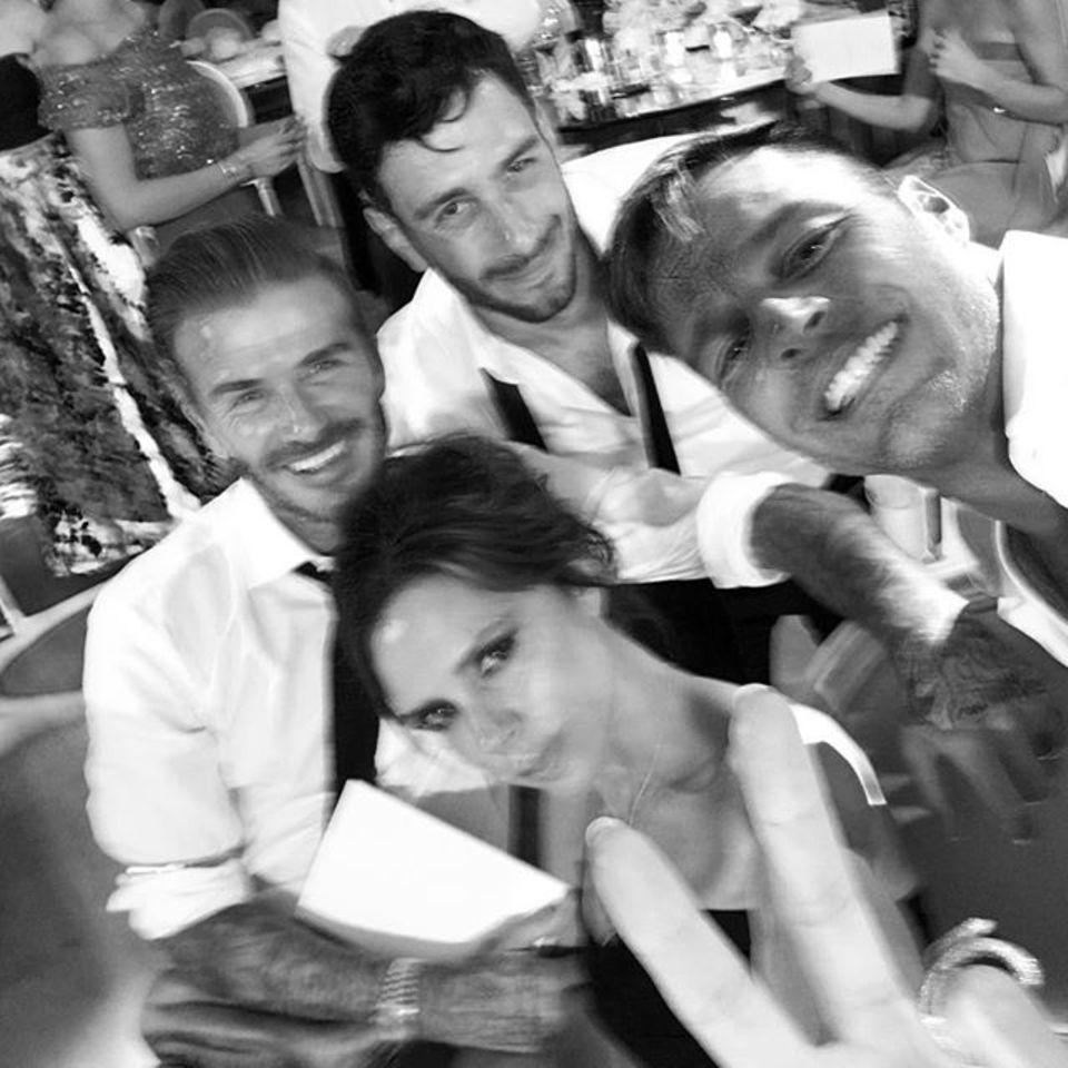 """Haben viel Spaß zusammen: David und Victoria Beckham, Ricky Martin und """"Pepe"""", der Bräutigam, lassen es krachen."""