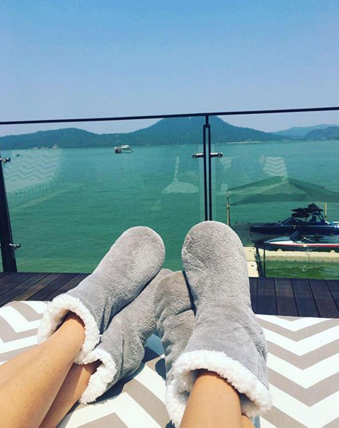 """Entspannung am Tag danach: Eva Longoria und Victoria Beckham relaxen in dicken Boots der Kultmarke """"UGG""""."""
