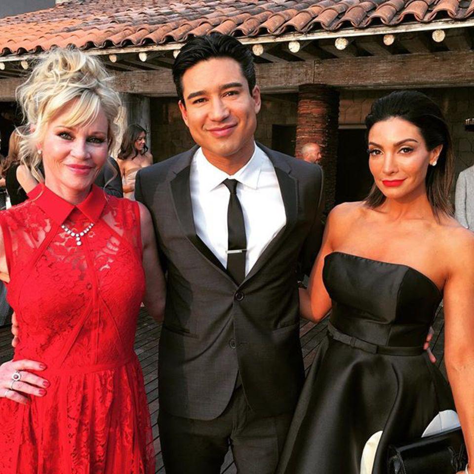 Melanie Griffith, die sich für ein knallrotes Kleid entschieden hat, posiert mit Mario Lopez und dessen schöner Frau Courtney.