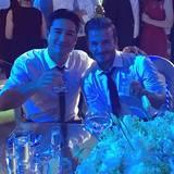 Hoch die Tassen: Mario Lopez und David Beckham genehmigen sich einen Drink.