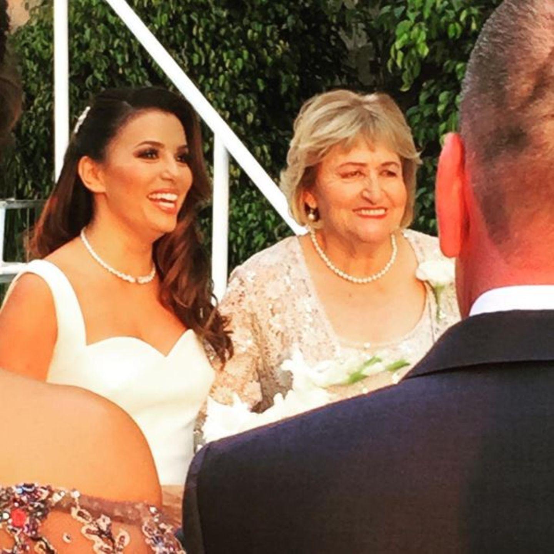 Eva Longoria mit ihrer Mutter am Traualtar