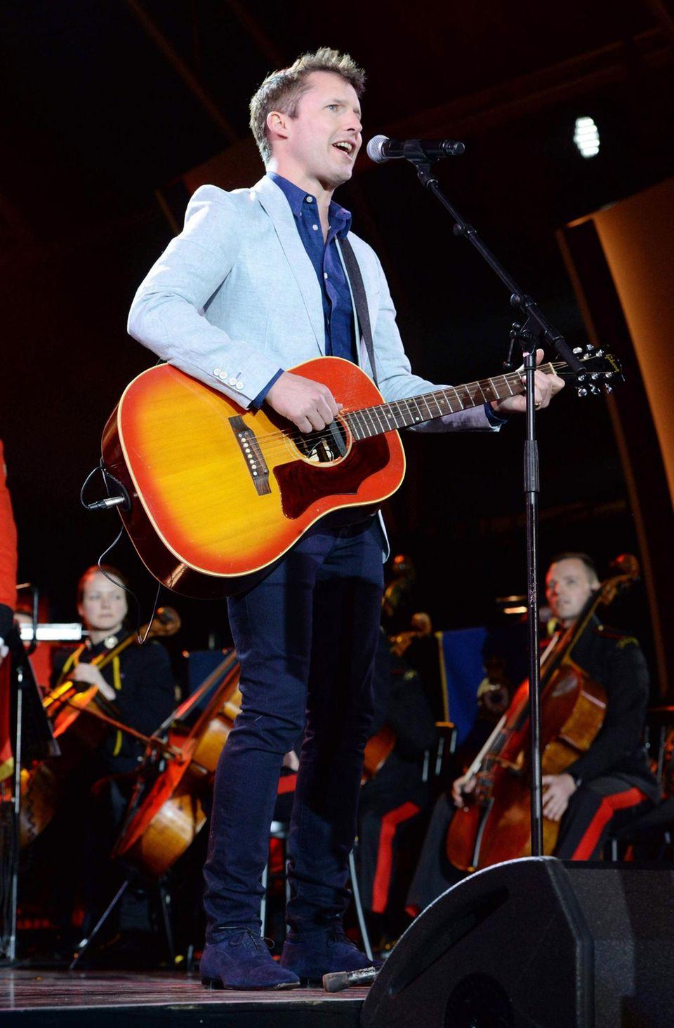 """15. Mai: Abendgala Windsor  James Blunt singt """"Bonfire Hearts"""", während in der Arena eine weitere Vorführung mit Pferden gezeigt wird."""