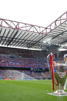 """Der """"Champion's League""""-Pokal steht im Mailänder San Siro Stadium bereit."""