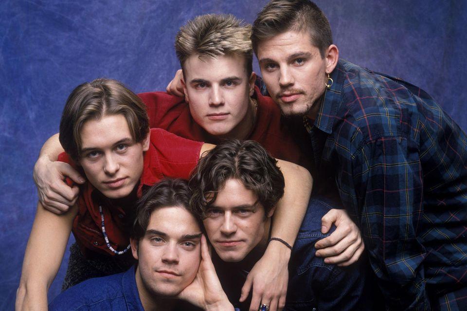 Take That  Am 13. Februar 1996 geben Take That offiziell ihre Trennung bekannt und brechen damit Millionen Teenager-Herzen. Doch als Gary Barlow, Mark Owen, Howard Donald und Jason Orange im Herbst 2005 auf die Bühne zurückkehren, ist ihr Erfolg ungebrochen. Zwischenzeitlich kehrt sogar Robbie Williams zur Gruppe zurück. Sechs Jahre später folgt eine erneute Auszeit.