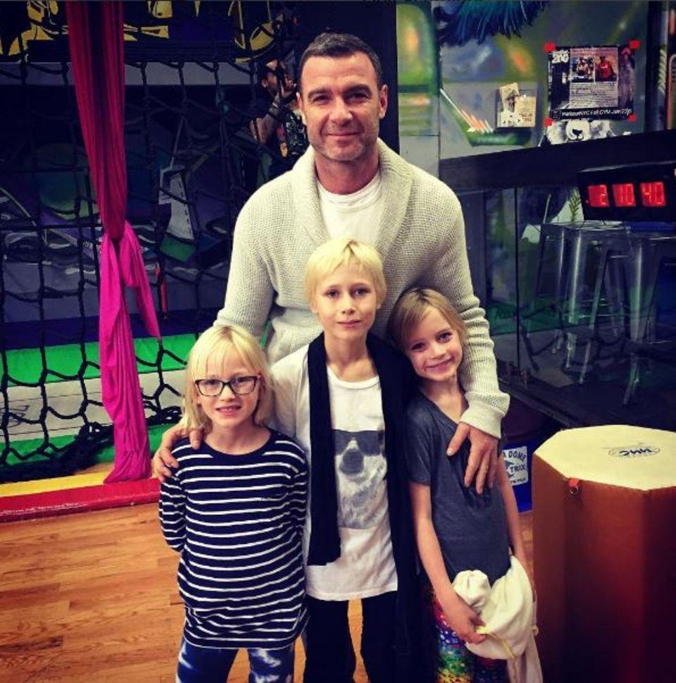 Oktober 2016   Liev Schreiber besucht mit seinen Söhnen und Cousine einen Parkour Trainingspark in New York. Scheint ein ereignisreicher Tag gewesen zu sein, aber alle wirken sehr zufrieden.