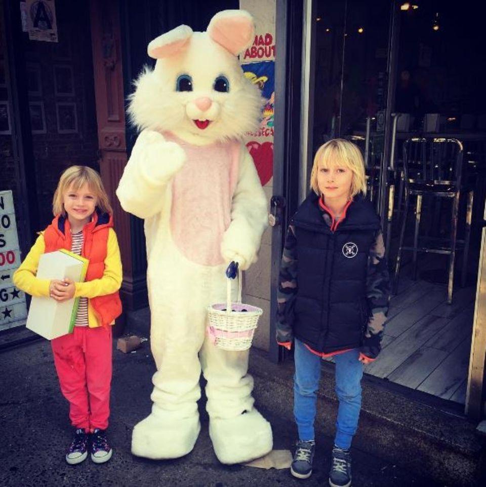 Die beiden Jungs sind von dem Osterhasen begeistert. Nur Liev Schreiber macht sich Gedanken, ob es nicht zu heiß ist in dem Kostüm für den armen Hasen.