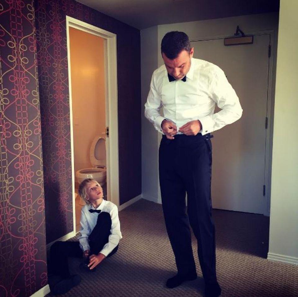 September 2016   Sie sind ein unschlagbares Team und so entzückend. Bei den Vorbereitungen zur Emmy Veleihung schaut sich Sasha bei seinem Vater Liev Schreiber ab, wie er den Smoking tragen muss.