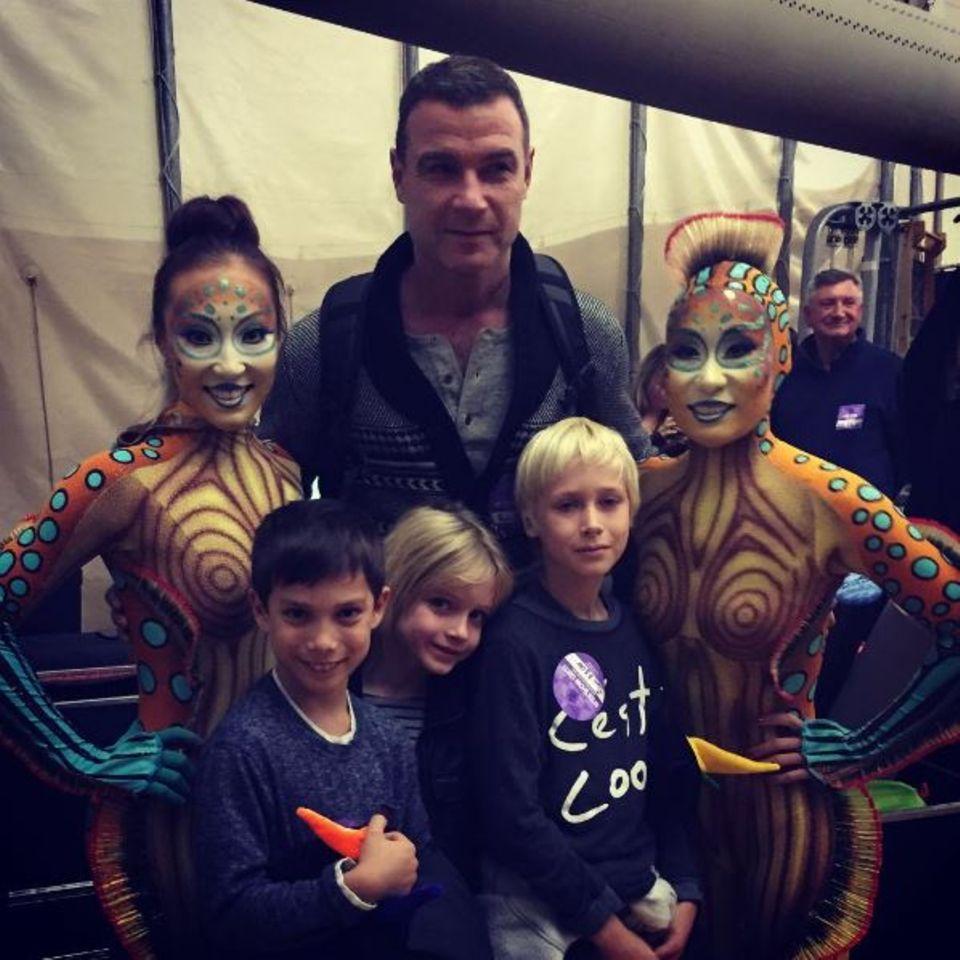 """Gemeinsam mit seinen Kids hat Liev Schreiber die Artistenshow """"Kurios"""" besucht - schönes Foto zum Andenken inklusive."""
