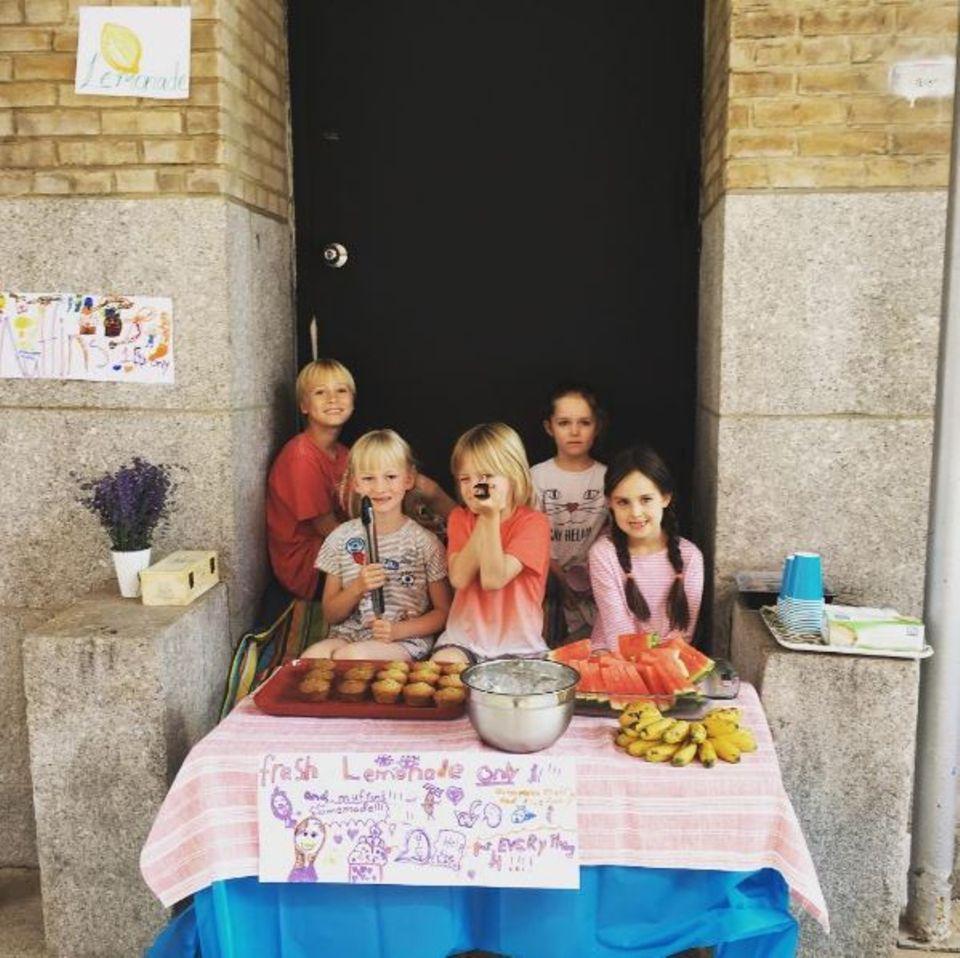 Frische Limonade: Sasha und Sammy, die beiden entzückenden Söhne von Naomi Watts und Liev Schreiber, verkaufen mit den Nachbarskindern selbstgemachte Limo, Muffins und Wassermelonen, um ihr Taschengeld aufzubessern.