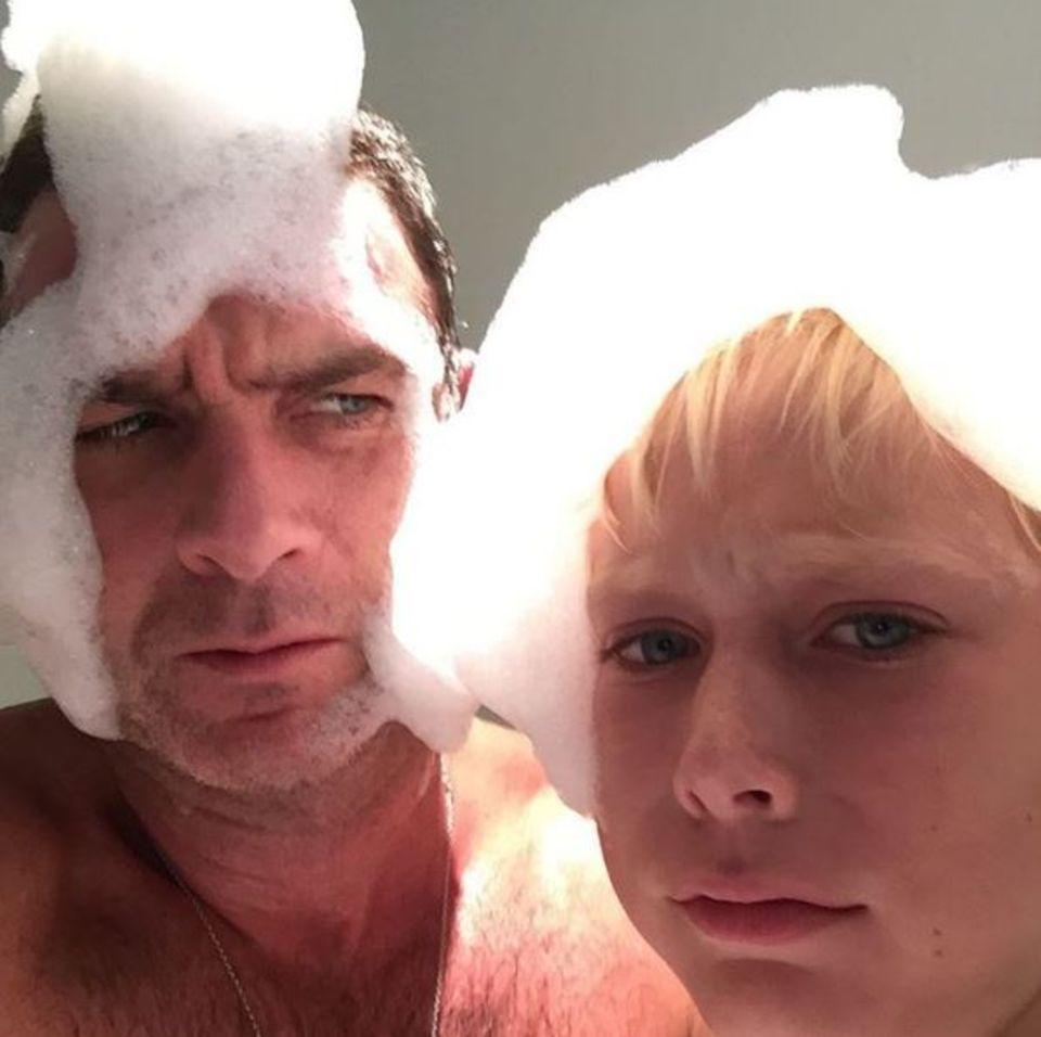 Ein Schaumbad ist was feines, besonders dann, wenn man lustige Frisuren damit formt und dabei ganz ernst in die Kamera schaut, ohne loszuprusten. Dabei gewinnt ganz klar Sasha, der ältere Sohn von Liev Schreiber und Naomi Watts.